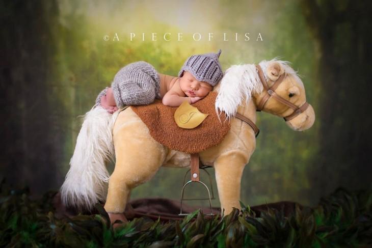 bebé disfrazado de caballero en su caballo