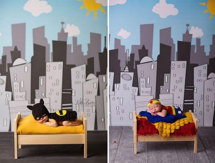 bebés disfrazados de batman y supermujer