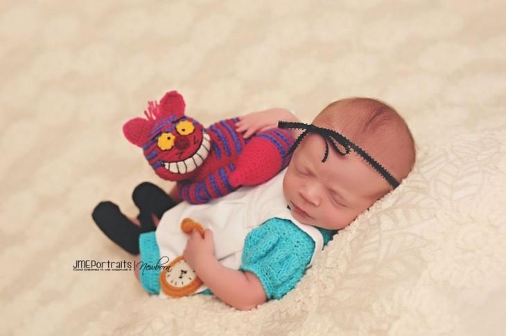 bebé disfrazada de alicia en el pais de las maravilla