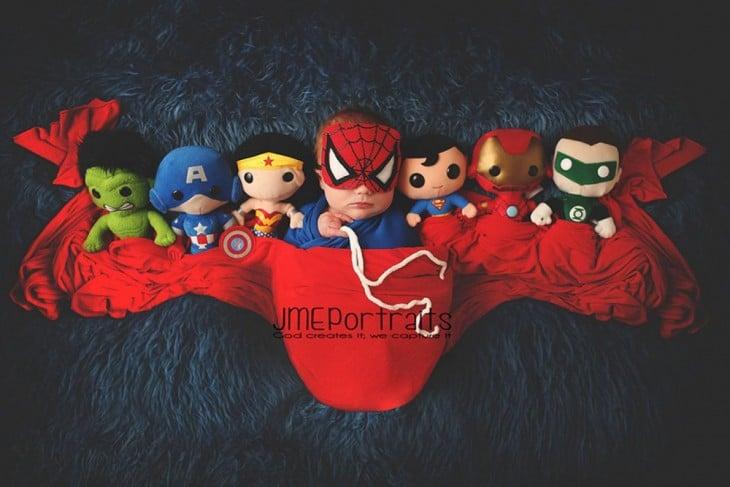 bebé disfrazado de spiderman