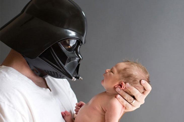 bebé con padre disfrazado de lord vater
