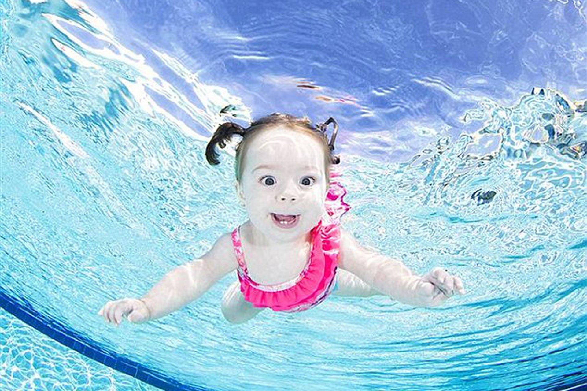 Chistosas fotos de beb s bajo el agua for Piscinas bebes