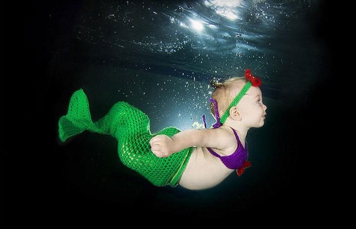 bebé  sirenita nadando bajo el agua