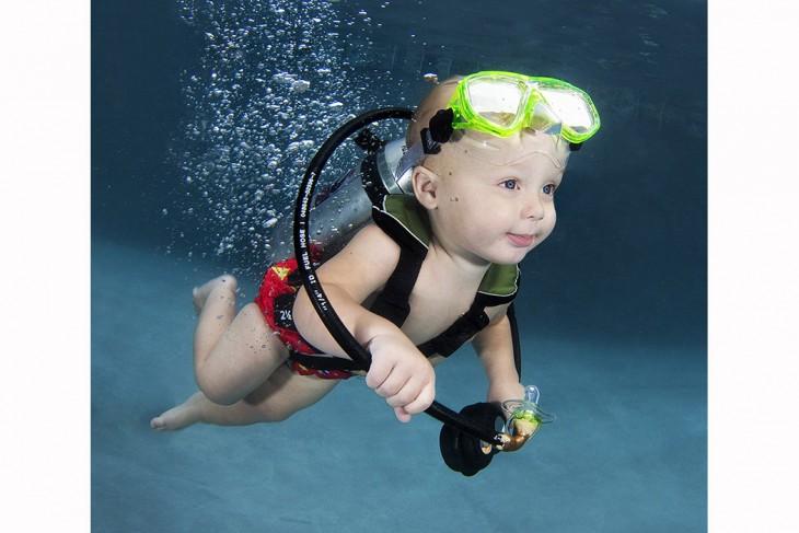 bebé  buzo nadando bajo el agua