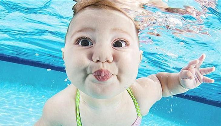 bebé  nadando bajo el agua