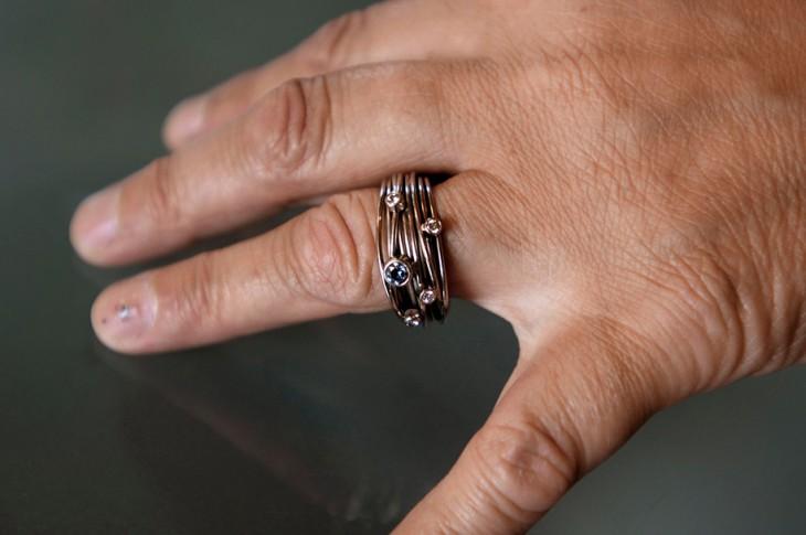 Mano con un anillo hecho de cenizas