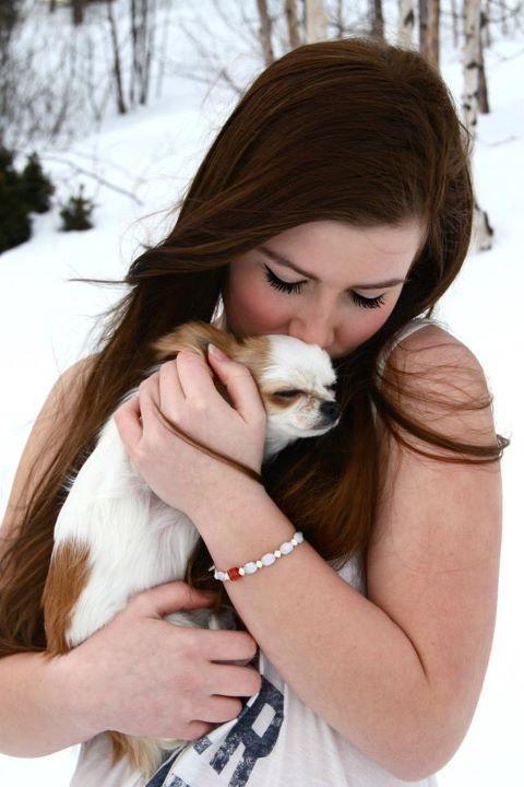 Chica con su perrito chihuahua