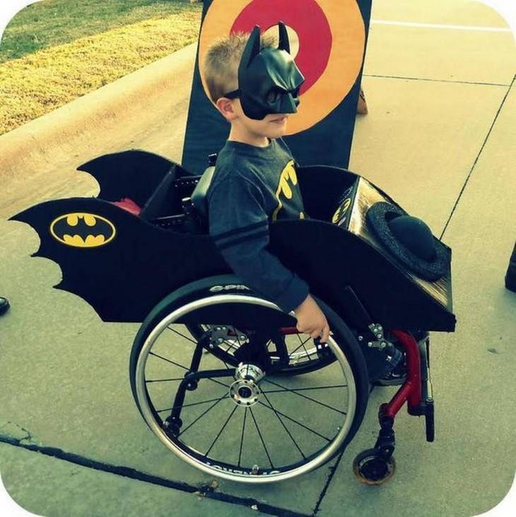 Niño disfrazado de batman en su batimóvil