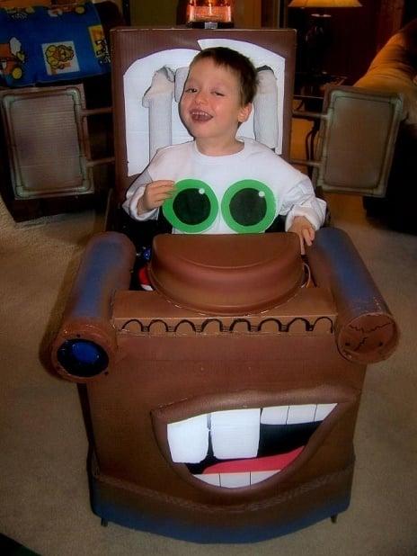 Niño en su silla disfrazado de Mate