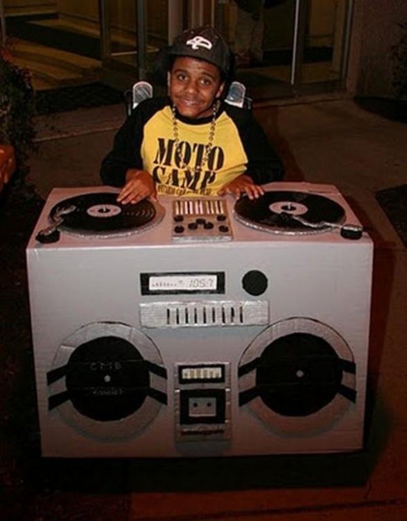 Disfraz de un niño Dj en silla de ruedas