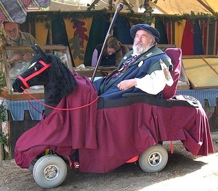 Disfraz de un caballo de un hombre en silla de ruedas