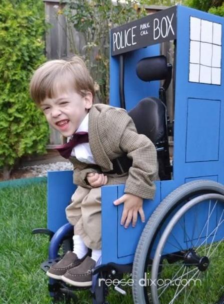 Niño en su silla con disfraz de cabina de policía de los años 50´s