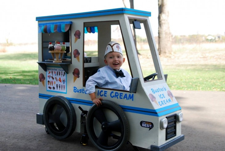 Niño disfrazado de carro de helados