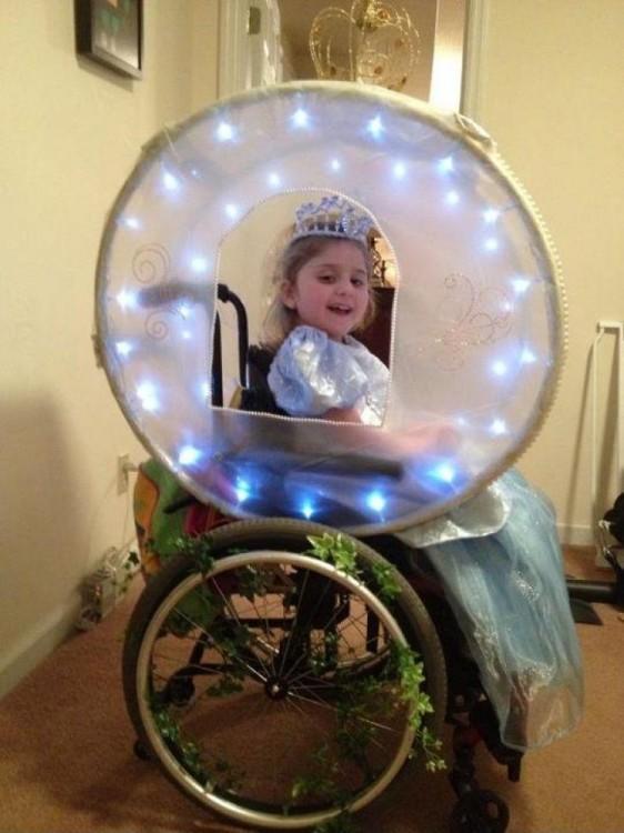 Niña en su silla de ruedas convertida en carroza de cenicienta