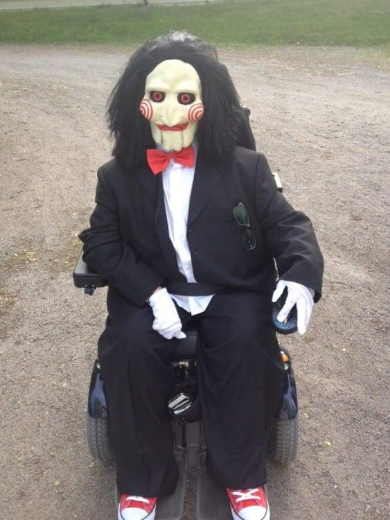 Persona en silla de ruedas disfrazada de Saw