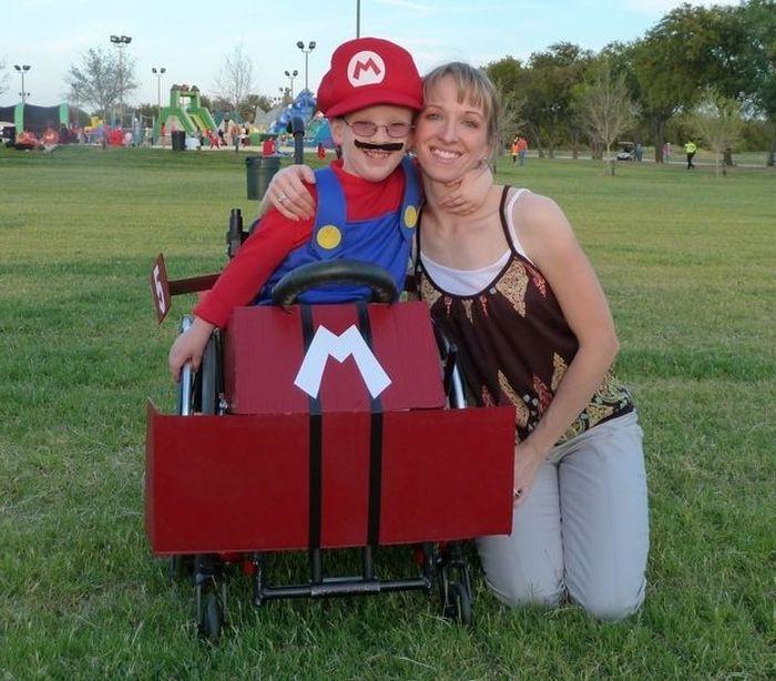Niño disfrazado de Mario Bross en su silla de ruedas