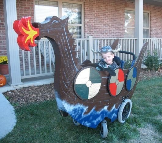Niño en su silla disfrazado de pirata sobre su barco