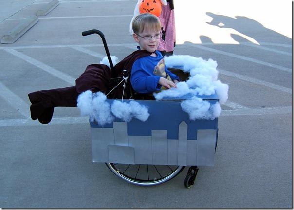 Niño en su silla disfrazado de Superman