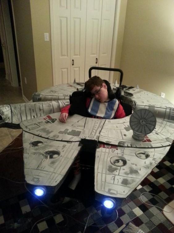 Disfraz de una nave de star wars en un niño