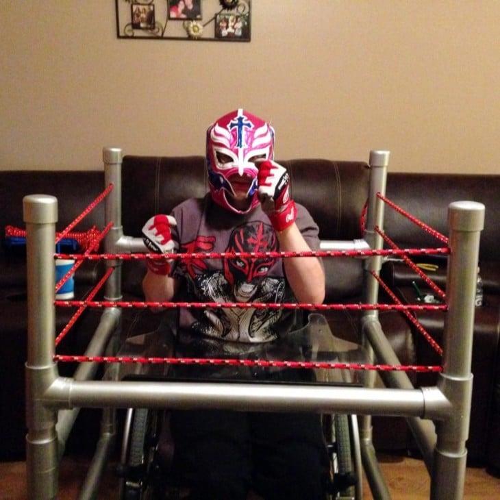 Niño en su silla disfrazado de Rey Misterio en su cuadrilatero