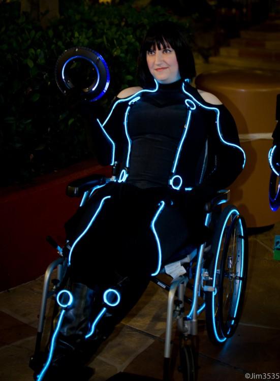 Mujer disfrazada de un personaje de The Tron Legacy