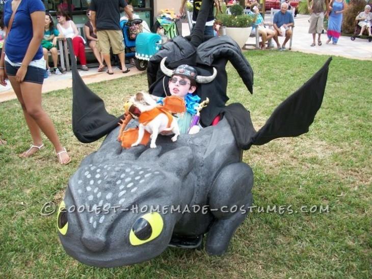 Un niño en su silla de ruedas disfrazada de dragón