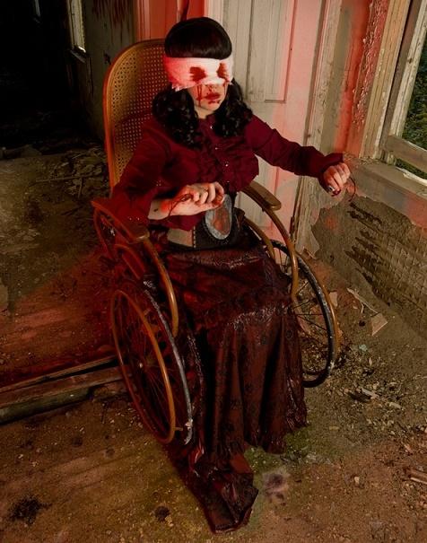 Mujer en silla de ruedas con un aspecto tenebroso