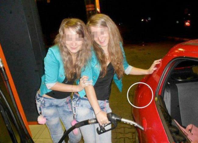 Chicas poniendo mal la gasolina en la manija de la puerta de un coche