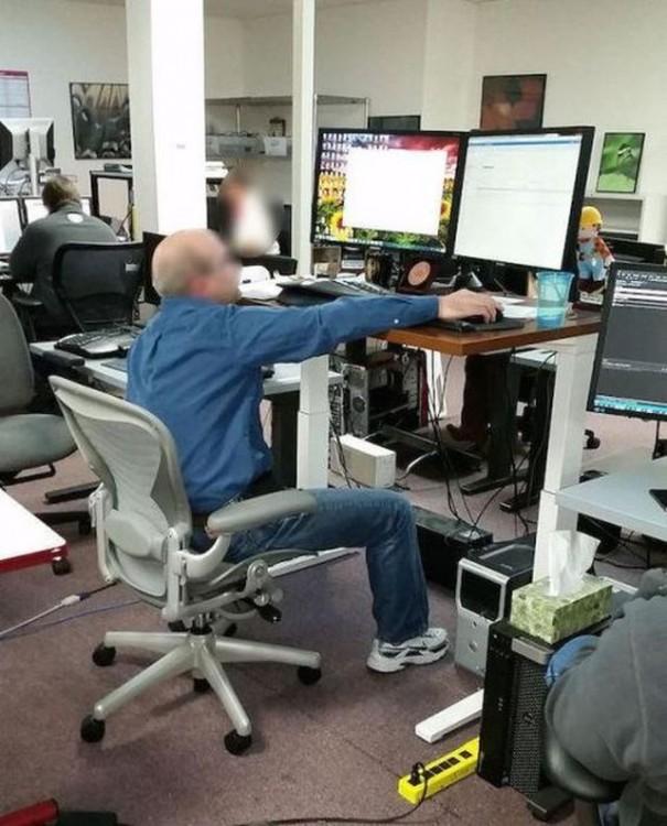 Hombre sentado frente a una computadora