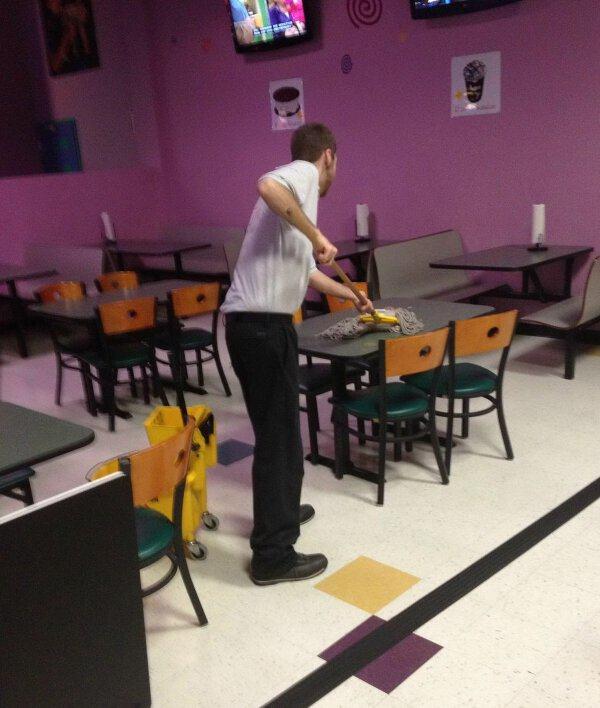 chico trapeando una mesa