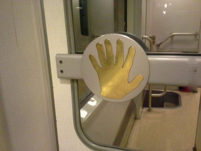 Superficie de una ventana con una mano de 6 dedos