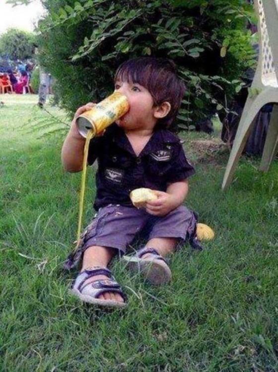 Niño tomando un jugo al revés