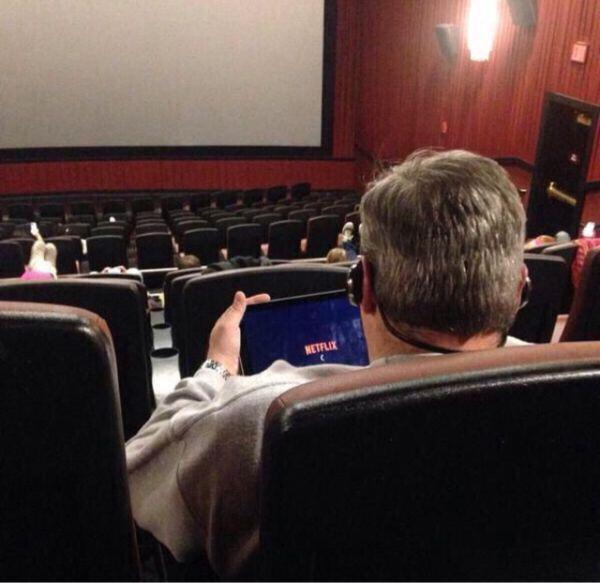 Hombre en una sala de cine