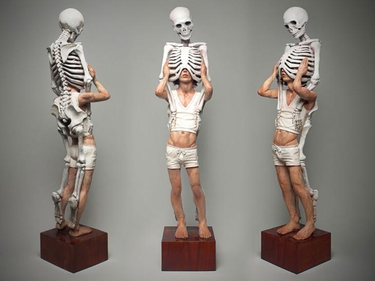 Escultura persona quitándose esqueletos de encima