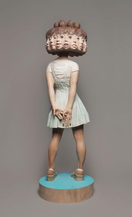 Escultura de niña con 12 caras terminada