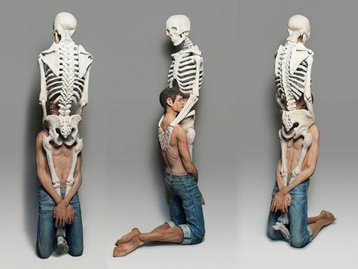 Esculturas de personas con esqueletos