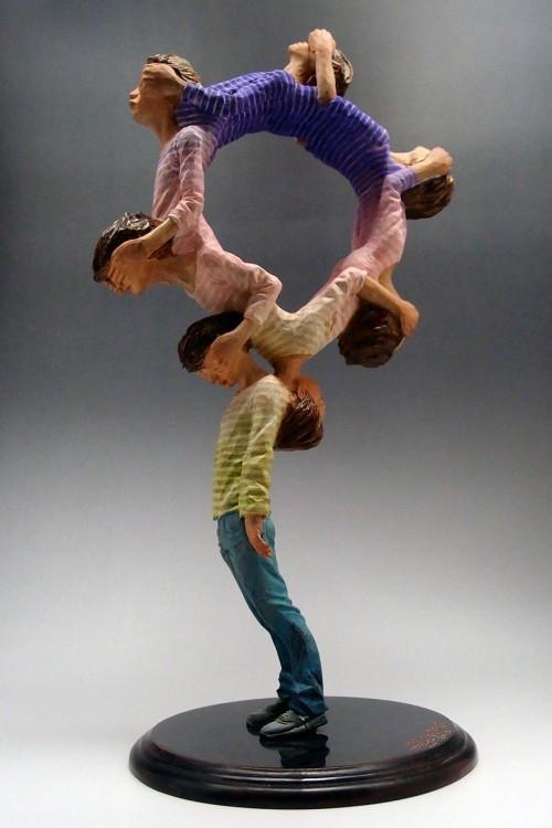 Escultura con muchas cabezas en circulo