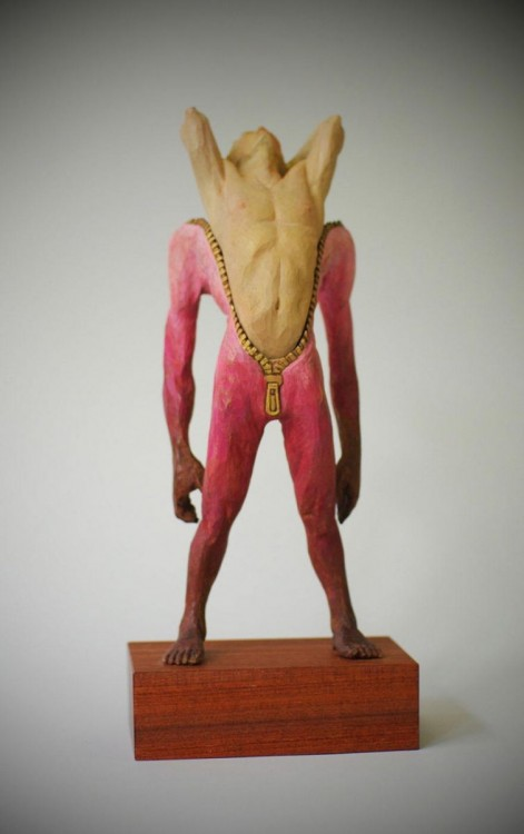 Escultura de un hombre vestido de rosa