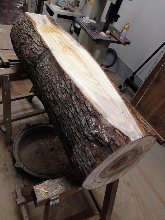 Tronco de madera puesto sobre una base