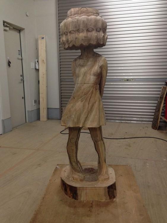 Figura de una niña hecha de madera