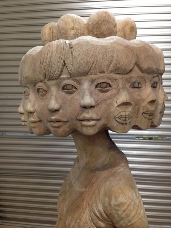 Cabezas de madera de una escultura