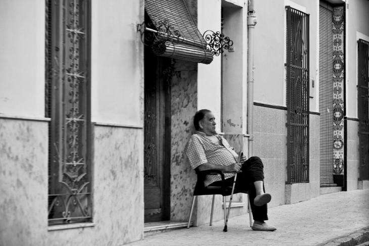 Hombre dormido afuera de la calle