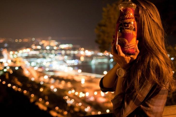 chica frente a una ciudad de noche