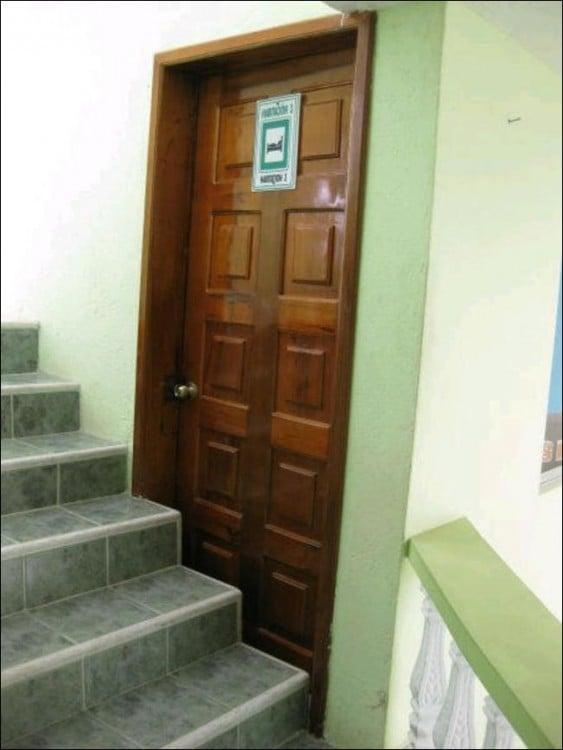 Habitación a la mitad de una escalera