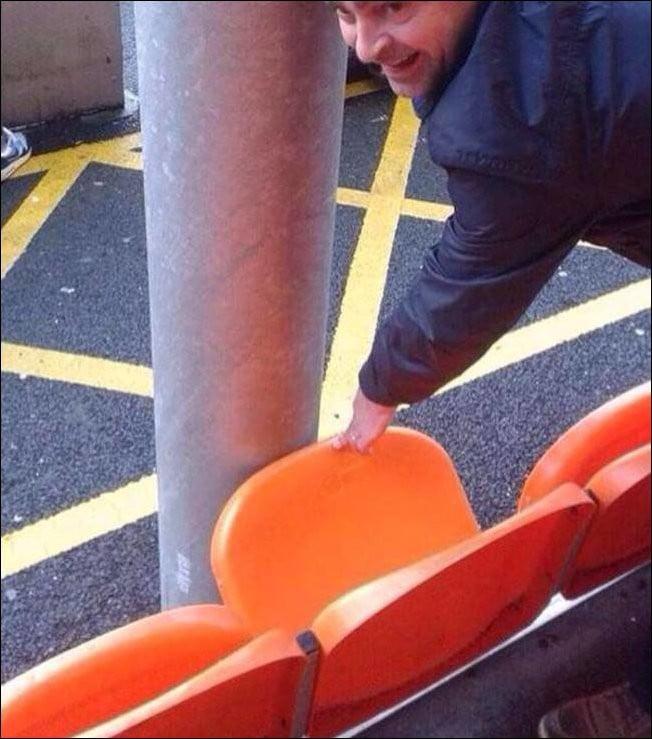 Hombre intentando bajar un asiento