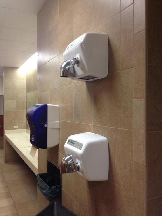 Secadores de manos en un baño público