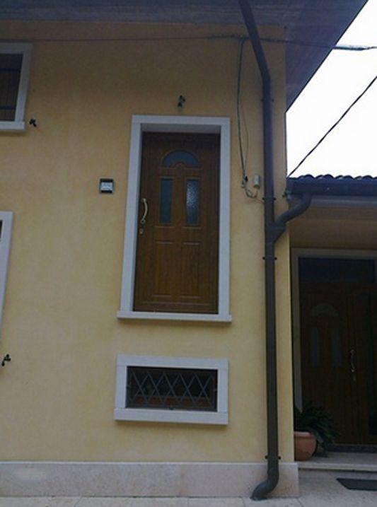 Casa con una puerta demasiado arriba