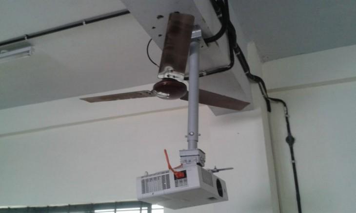 Ventilador colgado del techo obstruido por el tubo de un cañón