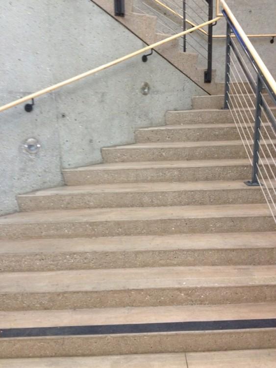 Escaleras con muchos barandales