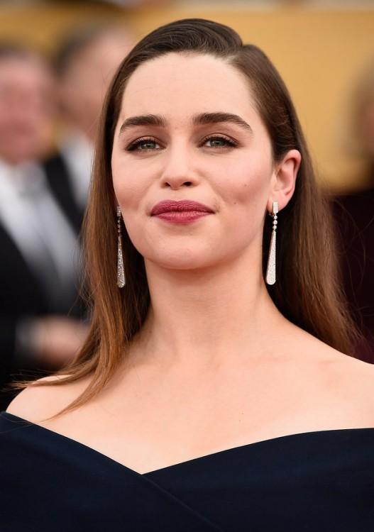 Emilia Clarke con cejas
